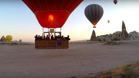 Turistákkal teli hőlégballonok zuhantak le, 49 sérült
