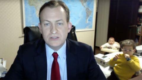 A BBC élő adásába besétáló gyerekek másodszorra is elbűvölték a világot