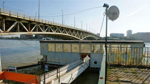 Lezuhant egy férfi a Duna-part köveire a pesti rakpartról