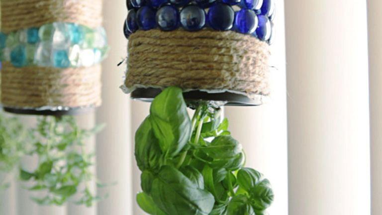 Egyszerű, de látványos DIY fűszernövényes függőkert