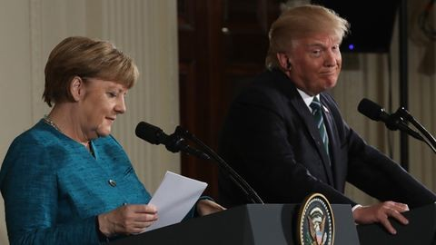 Trump és Merkel találkozója fura volt, de nem a legfurább