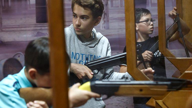 A kormány ráncba szedi az ifjúságot, még fegyvert is adnak az iskolások kezébe