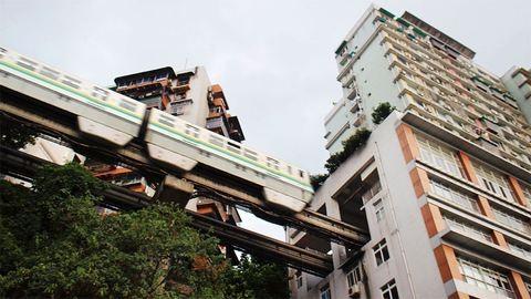 Ezen 19 emeletes házon átmegy a vonat