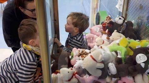Plüssfigurás játékgép ejtette foglyul a kisfiút