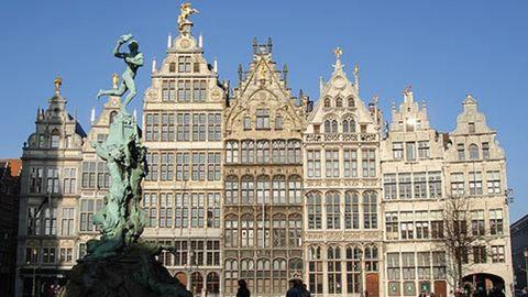 Antwerpenben is tömegbe akart hajtani egy autós