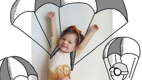 Vicces illusztrációkkal viszi kalandokra babáját az anya