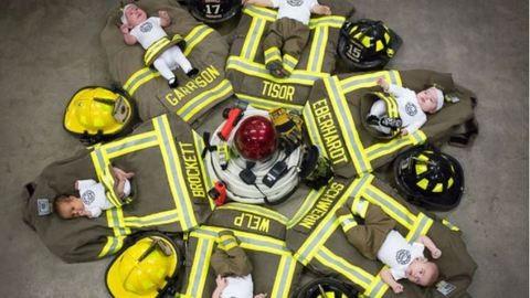Csodás fotóval ünnepli a tűzoltóegység, hogy 6 munkatársuk is apa lett