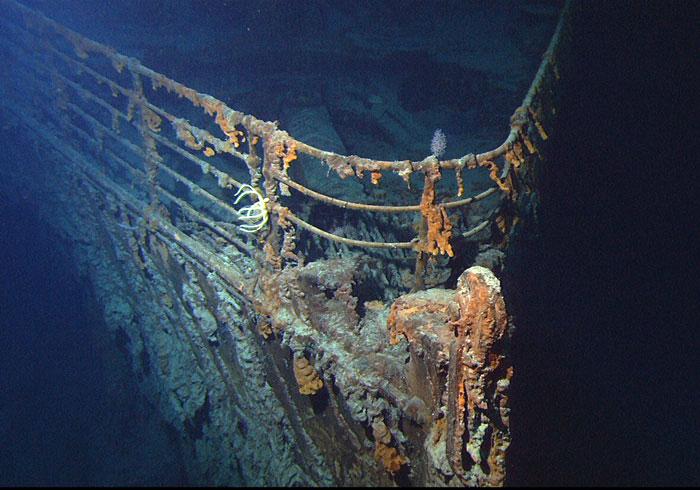 A Titanic orra a hullámsírban