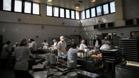Menekültek, nyugdíjasok és fogyatékosok főznek a magyar cég konyháján