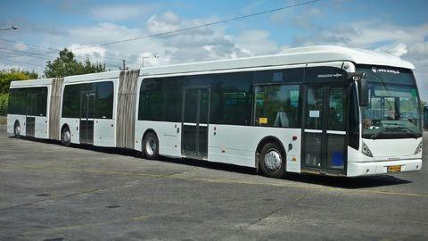 Hárman támadtak a buszsofőrre a piros lámpánál – videó