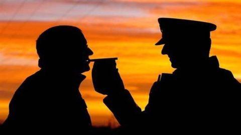 Amikor a rendőrök adják át a kulcsot a részeg feleségnek