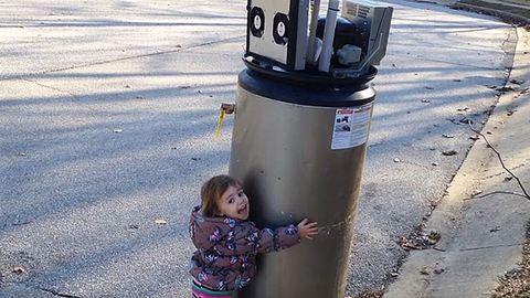 Teljesen odavan a kislány a robotnak hitt bojlerért