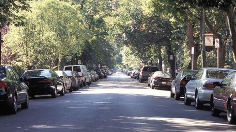 200 ezres bírságot osztogatnak májustól a fűre parkolásért