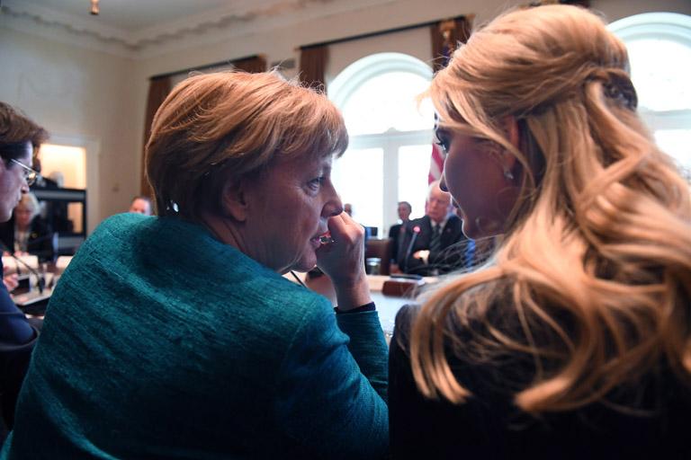 Már kinevezése előtt belefolyt a nemzetközi diplomáciába is - itt épp Angela Merkel német kancellárral beszélget