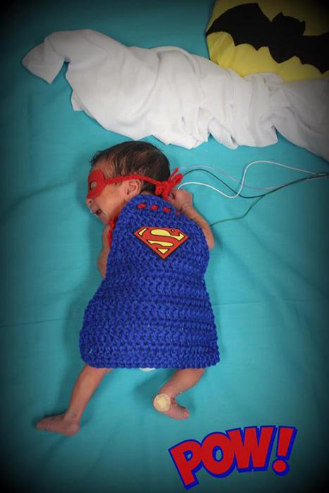 Apró szuperhősök - imádni való jelmezekbe öltöztette a korababákat egy nővér