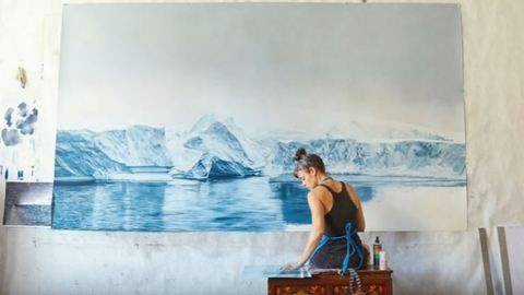 Ismerd meg a nőt, aki az ujjával festi meg az eltűnő világot