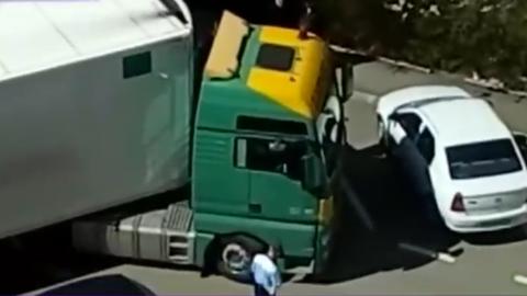 Parkoló autókat zúzott le a részeg magyar kamionos