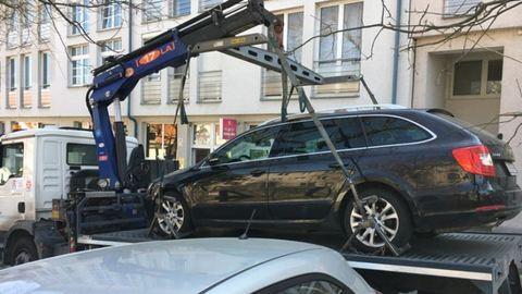 Gyerekestül vitték a tilosban parkoló autót