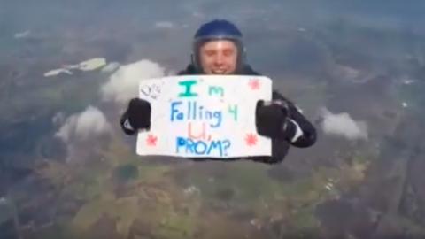 Repülőből ugrott ki a tini, hogy elhívja szerelmét a szalagavatóra - videó