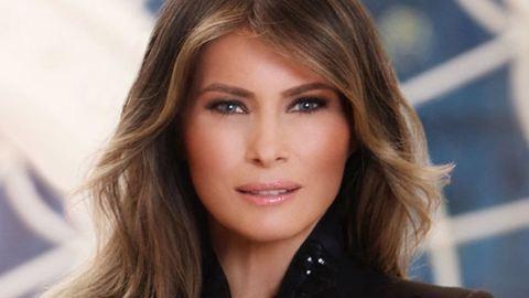 Melania Trump viaszbábunak látszik első hivatalos portréján – fotó