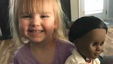 Helyretette a pénztárost a kétéves, miután beszólt a fekete babájára