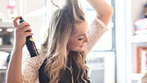 A megmentő két hajmosás között – így használd a száraz sampont