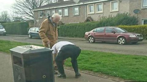 Lepattant a buszról a sofőr, hogy bekösse egy idős bácsi cipőjét
