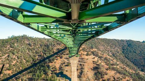 Szelfizni mászott fel Kalifornia legmagasabb hídjára, leesett