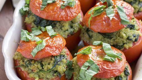 Könnyű ebéd a hétvégére: spentótos-pestós quinoával töltött paradicsom