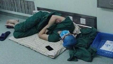 A kórházi folyosón aludt el 28 órás műszakja után a sebész
