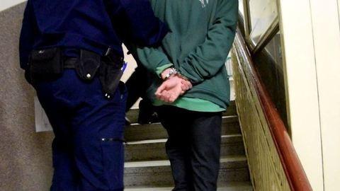 Elfogták Gergőt, aki elölről és hátulról is apjába szúrta a kést – videó