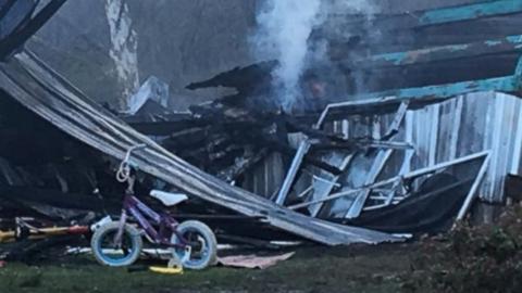Égő házból mentette ki testvérét – hősként ünneplik a 13 éves lányt