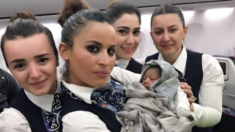 13 ezer méteres magasságban, a repülőn hozta világra kislányát