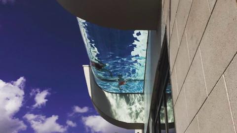 Egyszerre úszhatsz és repülhetsz ebben az elképesztő tetőtéri medencében