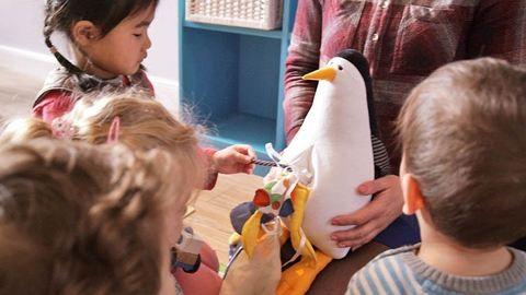 Szomorú plüssállatok tanítják a gyerekeket az óceánok szennyezettségéről