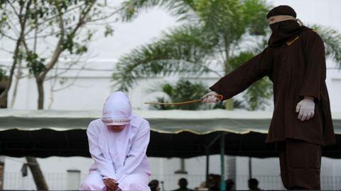 Nyilvános megkorbácsolás vár egy indonéz meleg párra