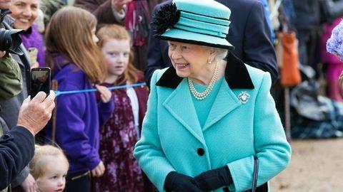 Sorozatfüggő, édesszájú, az unokák kedvence – II. Erzsébet pont olyan, mint mi