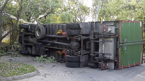 Lezuhant egy kamion a Kacsóh Pongrác úti felüljáróról – fotók