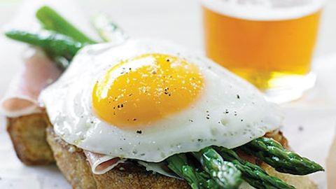 Tökéletes húsvéti reggeli: parmezános pirítós tojással, sonkával, spárgával