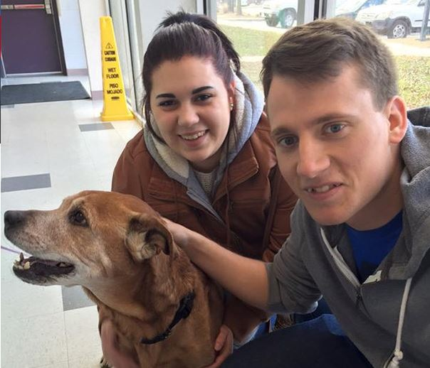 17 évesen fogadták örökbe kutyájukat – megélte első gyermeküket