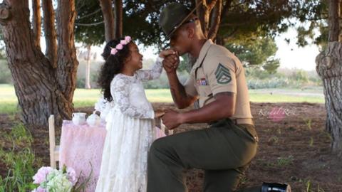 Meseszép teadélutánnal lepte meg kislánya a katona apukát