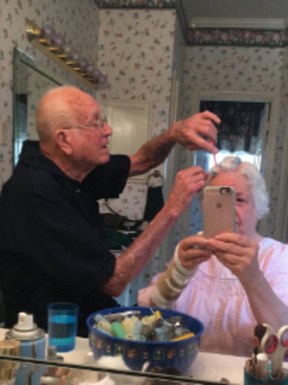 Megcsinálja a napodat a nagypapa, aki beteg feleségét fésülgeti
