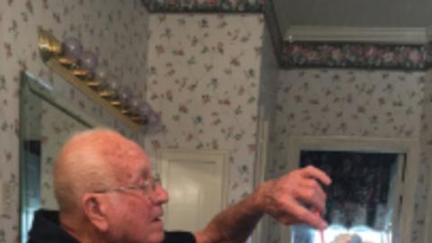 Megcsinálja a napodat a nagypapa, aki beteg felesége frizuráját igazgatja