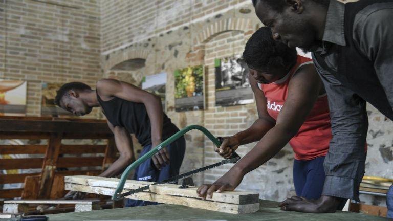 A falu, amibe a menekültek lehelnek életet