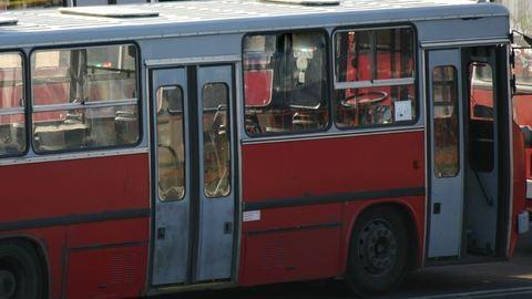 Az utasok tolták be a trolit Szegeden
