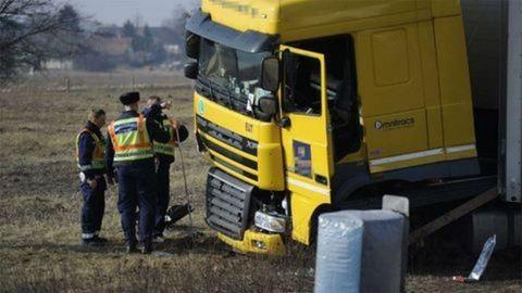 Hazaengedték a rendőrnőt halálra gázoló román kamionsofőrt