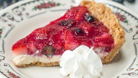 Ellenállhatatlanul könnyű, sütés nélküli bogyós gyümölcsös pite