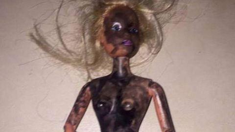 """Összefirkálta babáját a 4 éves kislány, mert """"fekete Barbie-t"""" szeretett volna"""