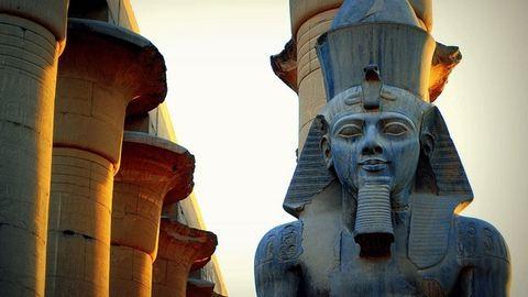Luxorban újra áll II. Ramszesz gigászi szobra