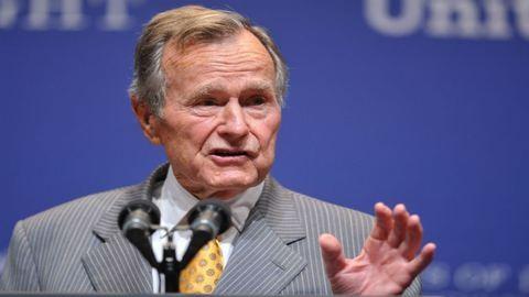 Idősebb George Bush a kórházból posztolt képet a fiával